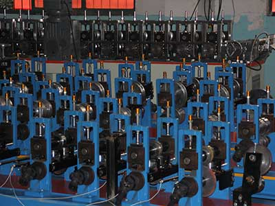 Variations type roll forming stand