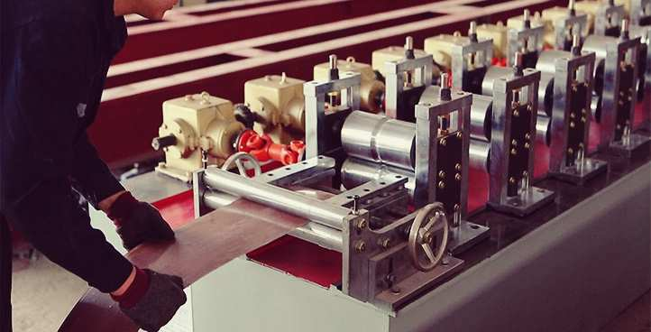 roll form machine for door shutter